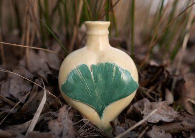 Urn met groen boomblad, voorkant