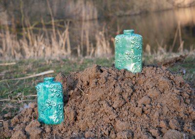 Twee groene urnen